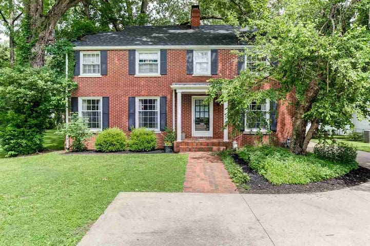Spacious suite close to UofE & downtown Evansville