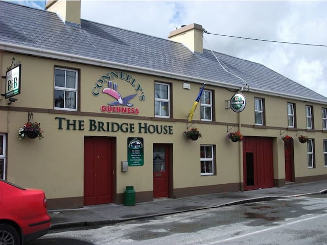 A Room at The Bridge House Bar - Sleeps 3 - Comfy