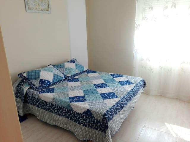 habitacion privada con cama de matrimonio y baño - Mahon - Apartment