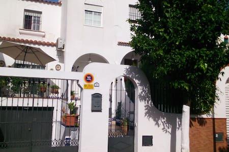 Habitación, zona residencial tranquila con piscina - Mairena del Aljarafe
