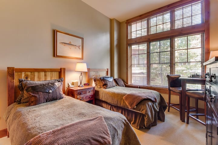 Ski-in/ski-out of this cozy condo w/ shared hot tub in the Village at Northstar