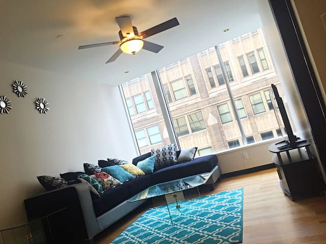 Clean Modern Downtown Apt With City View & Parking - St. Louis - Flat