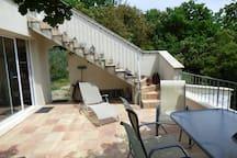 Autre vue de la terrasse donnant sur le jardin, l'escalier est juste décoratif, personne ne passe devant le gîte