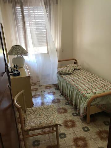 Cameretta con letto singolo e finestra su Giardino