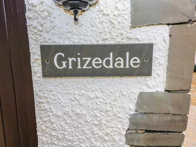 GRIZEDALE COTTAGE, romantic, with open fire in Ambleside, Ref 972644