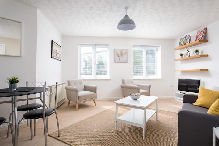 Stylish Serviced Apartment & Parking Near GCHQ