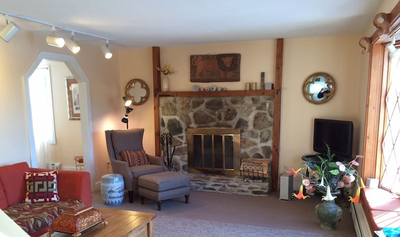 Beautiful private home on 5 acres of pasture! - Landgrove - Huis
