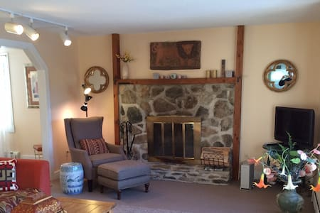 Beautiful private home on 5 acres of pasture! - Landgrove - Ev