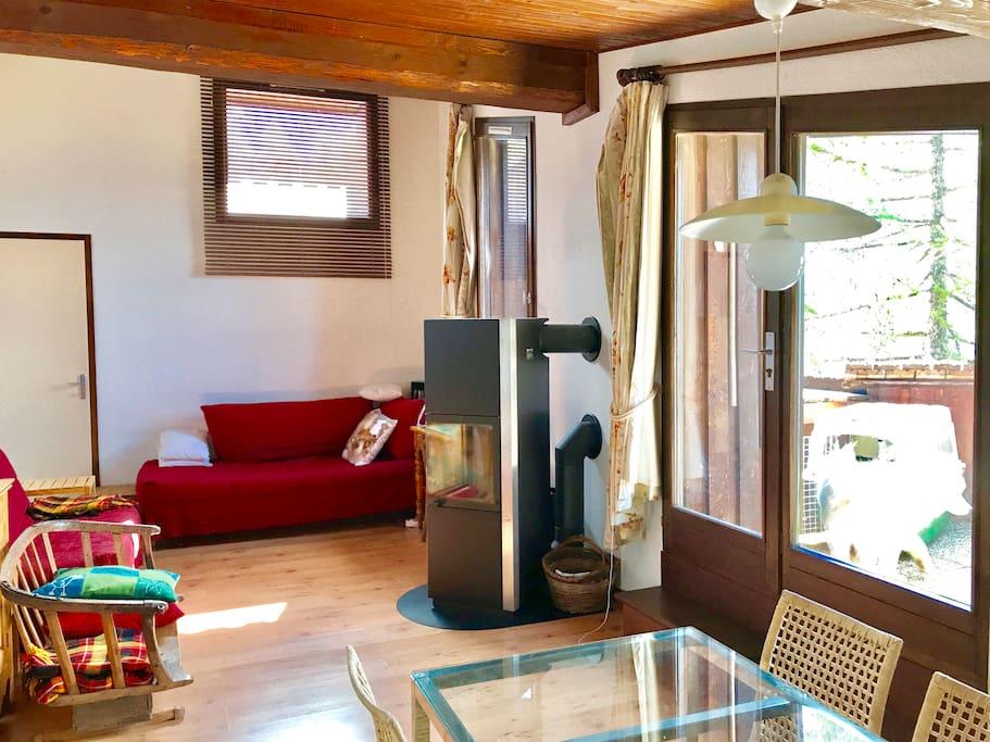 Le salon à l'étage et l'accés vers la terrasse