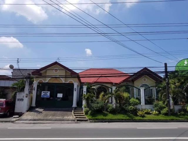 Bungalow House centrally located in Angeles