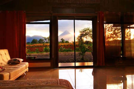 Rustic Arenal Villa With Jacauzzi & Volcano View