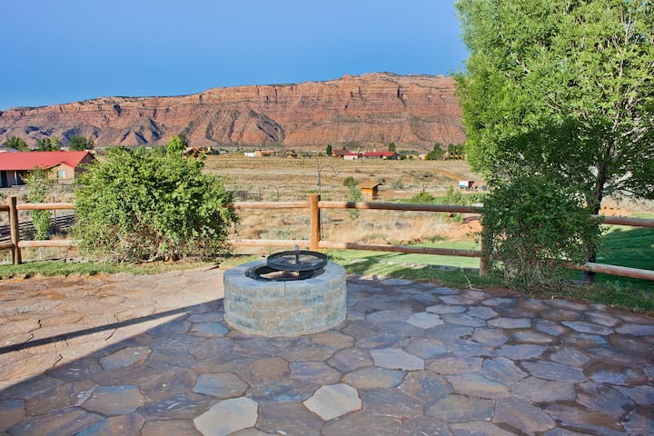 Luxury Home with Great Views, Firepit and Hot Tub