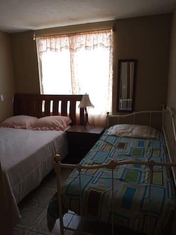 Cuarto con cama matrimonial e individual y ropero