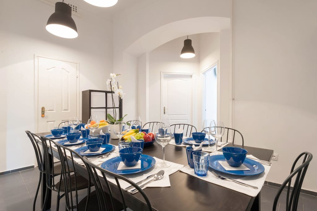the dining room is shared by the 3 bedrooms of the Astoria Residence, you can eat or socialize here, or just sit and read, we clean the common areas for you everyday