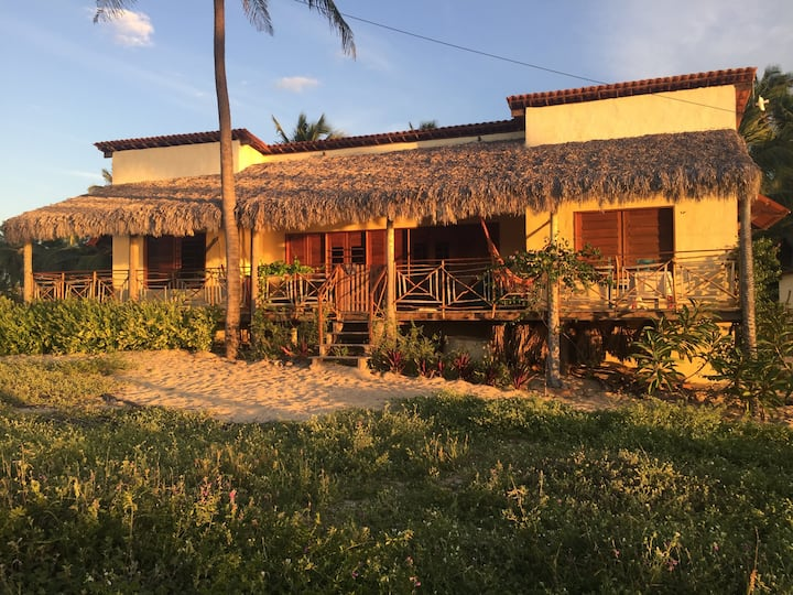 Casa Pana Pana estilo rústico praiano pé na areia