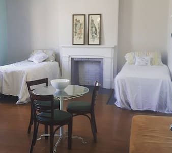 Bright, Spacious Room Downtown - Brockville - Maison