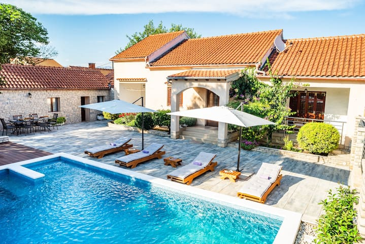 House Niko with pool 1km from the sea