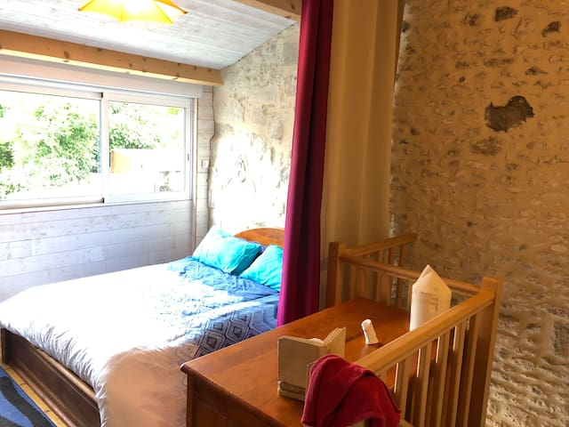 Fenêtre sur l'impasse.... Chambre «parental» avec un lit en 140X190cm à l'étage.