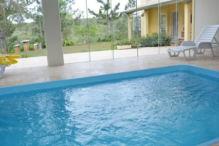Chácara, piscina coberta com aquecimento solar.