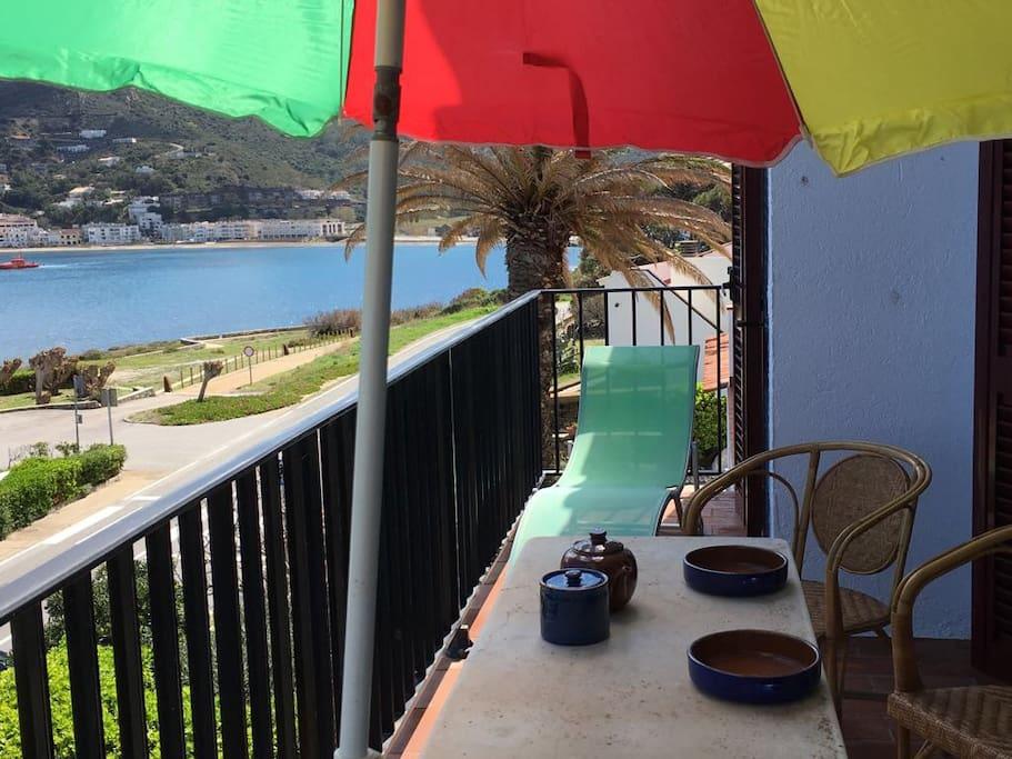 Còmoda terrassa davant mar