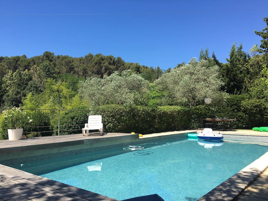La piscine : en plein soleil de 10h à 19h