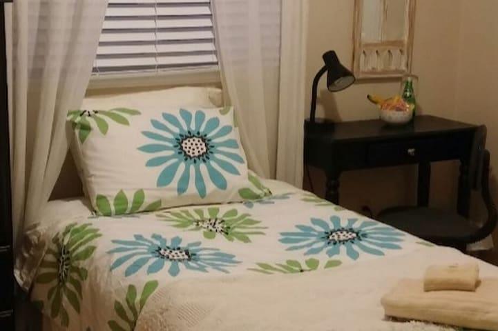 Sunny single bedroom
