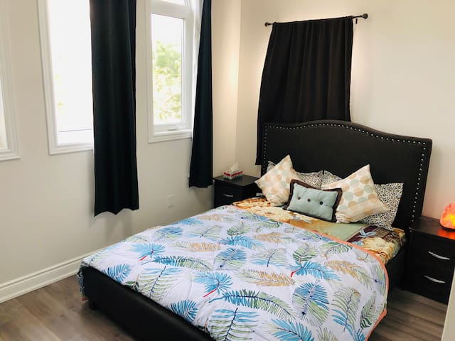 Private Bedroom with Washroom(20 min from airport)