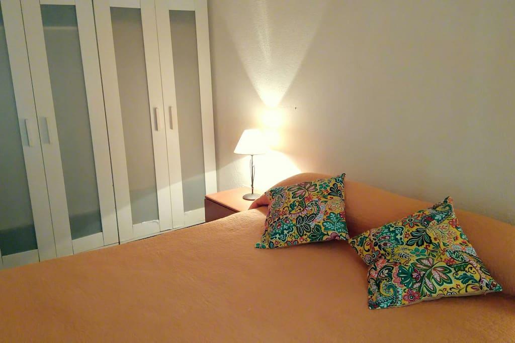 Dormitorio con 2 armarios