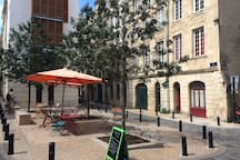 Une place très agréable et typique du quartier Saint-Michel.