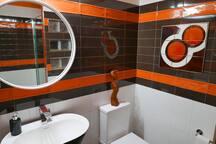 Mid-century Pop ensuite bathroom