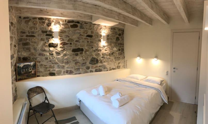 Το κρεββάτι έχει φάρδος 140cm. Διακρίνεται η πόρτα του ensuite μπάνιου.