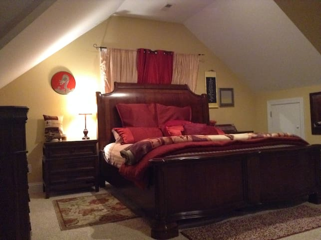 Lavish King Bedroom 15 min from Downtown Raleigh