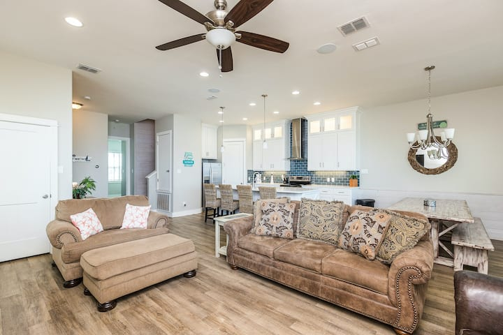 Family-friendly, waterfront townhouse w/ shared, heated pool & boat dock