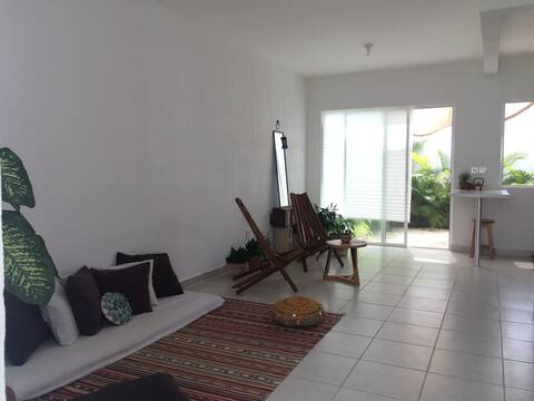 Private room with AC / shared house w/ host. Pool.