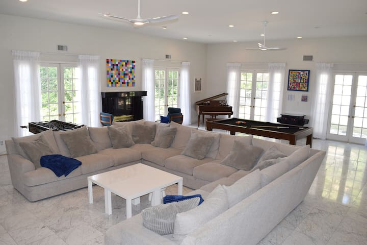 FILM HERE! Large Entertainers Living Room & Pool