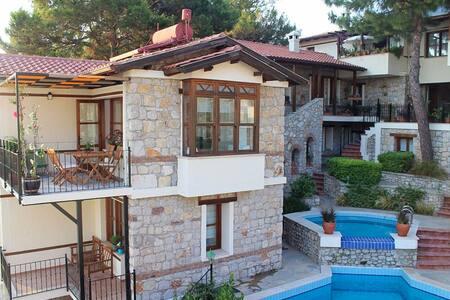 Akdeniz manzaralı havuzlu ve teraslı villa