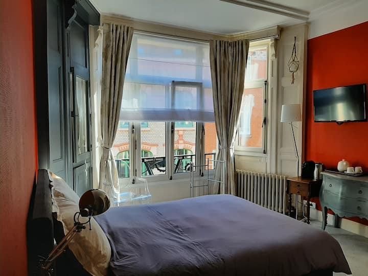 La Chambre Vieux-Lille, 20m² d'espace aménagée d'un lit double et d'une salle de douche privative. Cette chambre sera vous séduire pour vous apporter le repos. Elle est aménagée d'un espace de travail, d'une cafetière et une bouilloire.