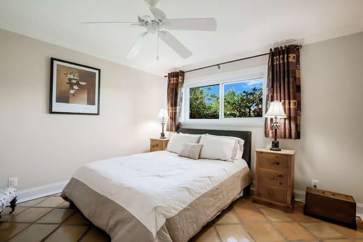 Guest room 1 - queen bed