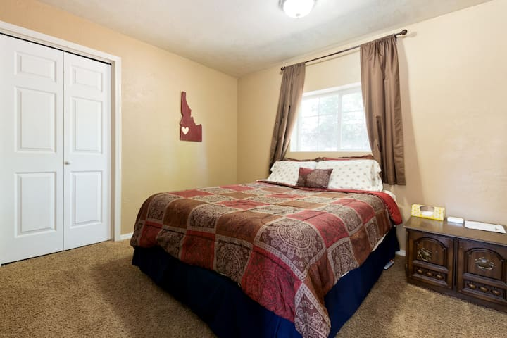 Queen bed close to the Boise Greenbelt!