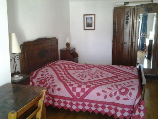 Grande chambre avec salle de bain - Châteauneuf-sur-Loire