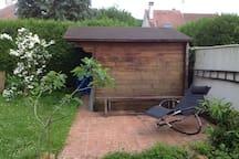 petite terrasse située face au studio (dans le prolongement de la baie vitrée)