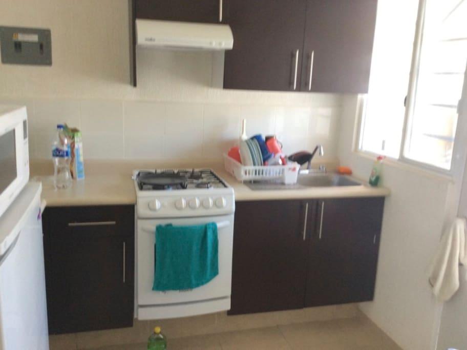 Small Kitchen with small freezer and microwave oven. Pequeña cocina con pequeño refrigerador y horno microondas.