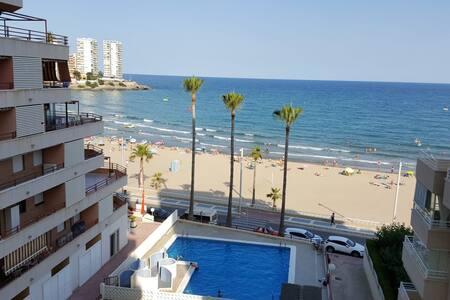 Estupendo apartamento en primera línea de playa.