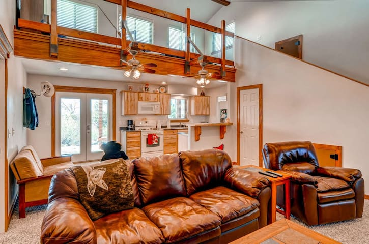 **BREATHTAKING VIEWS**Off-Grid Mountaintop Home