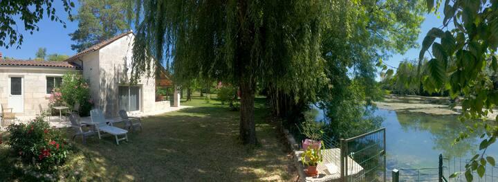 Maison calme et isolée, donnant sur rivière.