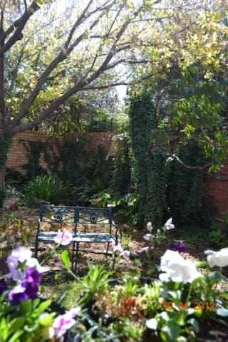 Pomegranate self catering, tranquil garden setting - Vanderbijlpark - บ้าน