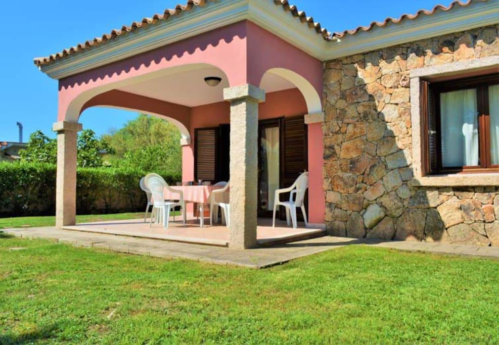 Giardino frontale e veranda