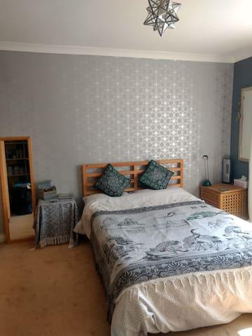 Double room in quiet area of Wellswood, Torquay.