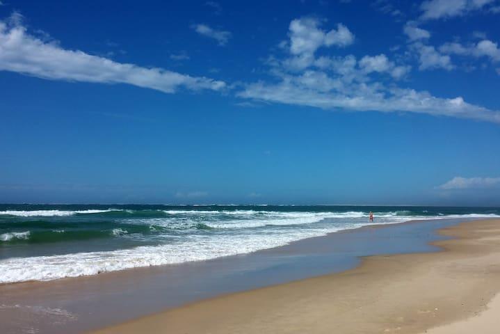 L'Océan à 18km. 270km de plage de sable blanc. Baignade et surf.