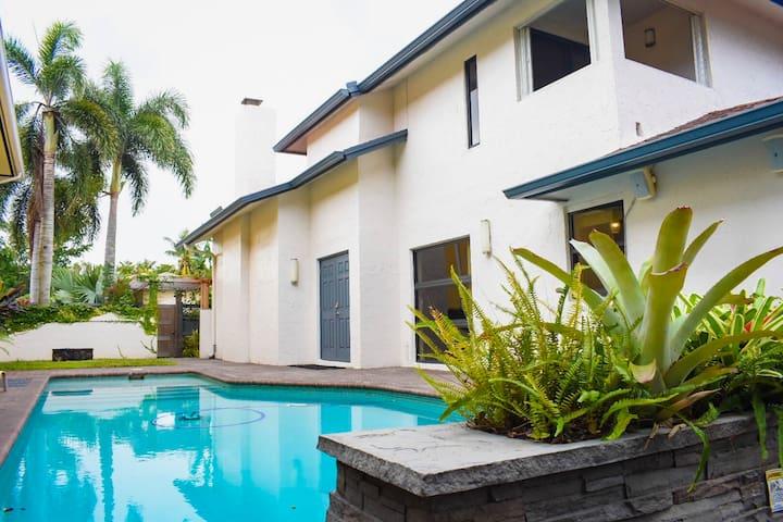 Beautiful 4 bedroom/3 bath house/pool/king bed